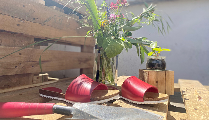 Nachhaltige Sandalen am Hochbeet