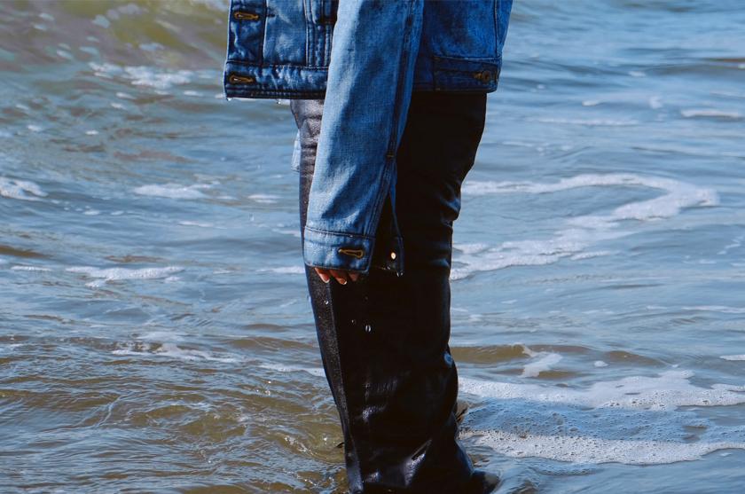 Indigo gefärbte Blue Jeans im blauen Meer