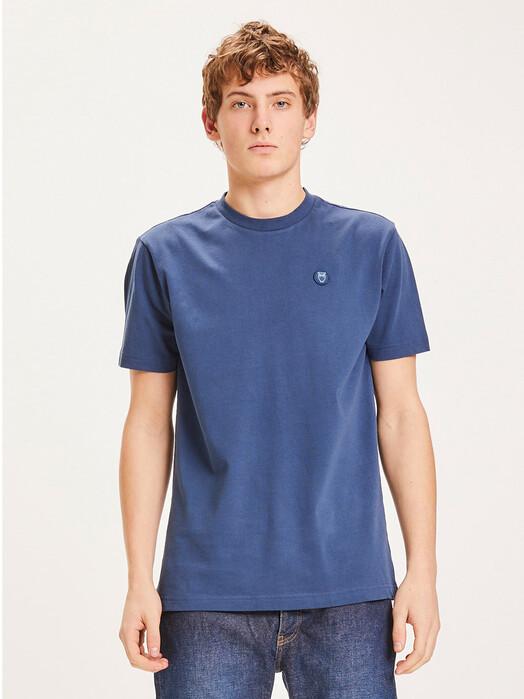 Knowledge Cotton Apparel  T-Shirts Alder Badge Tee [dark denim] jetzt im Onlineshop von zündstoff bestellen