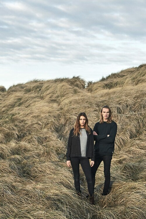 Mann und Frau in Kleidung von Klitmöller in den Dünen Dänemarks