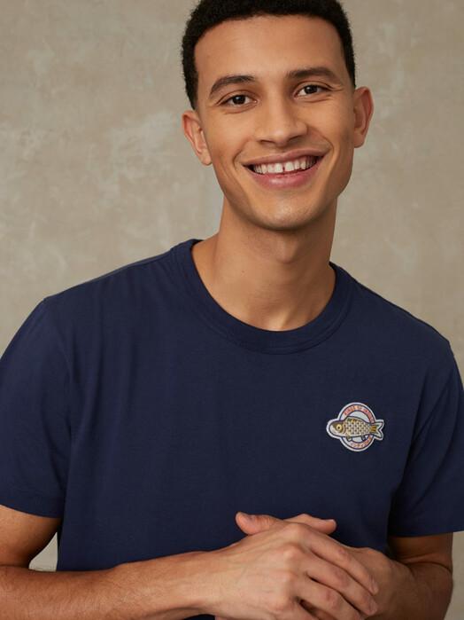 K.O.I. Jeans T-Shirts Darius [navy koinobori badge] jetzt im Onlineshop von zündstoff bestellen