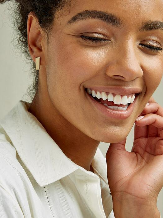 People Tree  Schmuck Short Bar Earrings [brass] One Size jetzt im Onlineshop von zündstoff bestellen